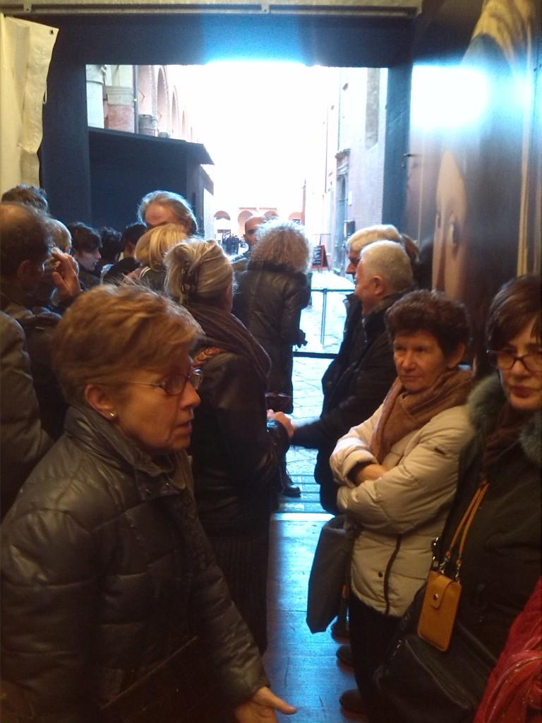 Il gruppo in attesa di entrare alla mostra.